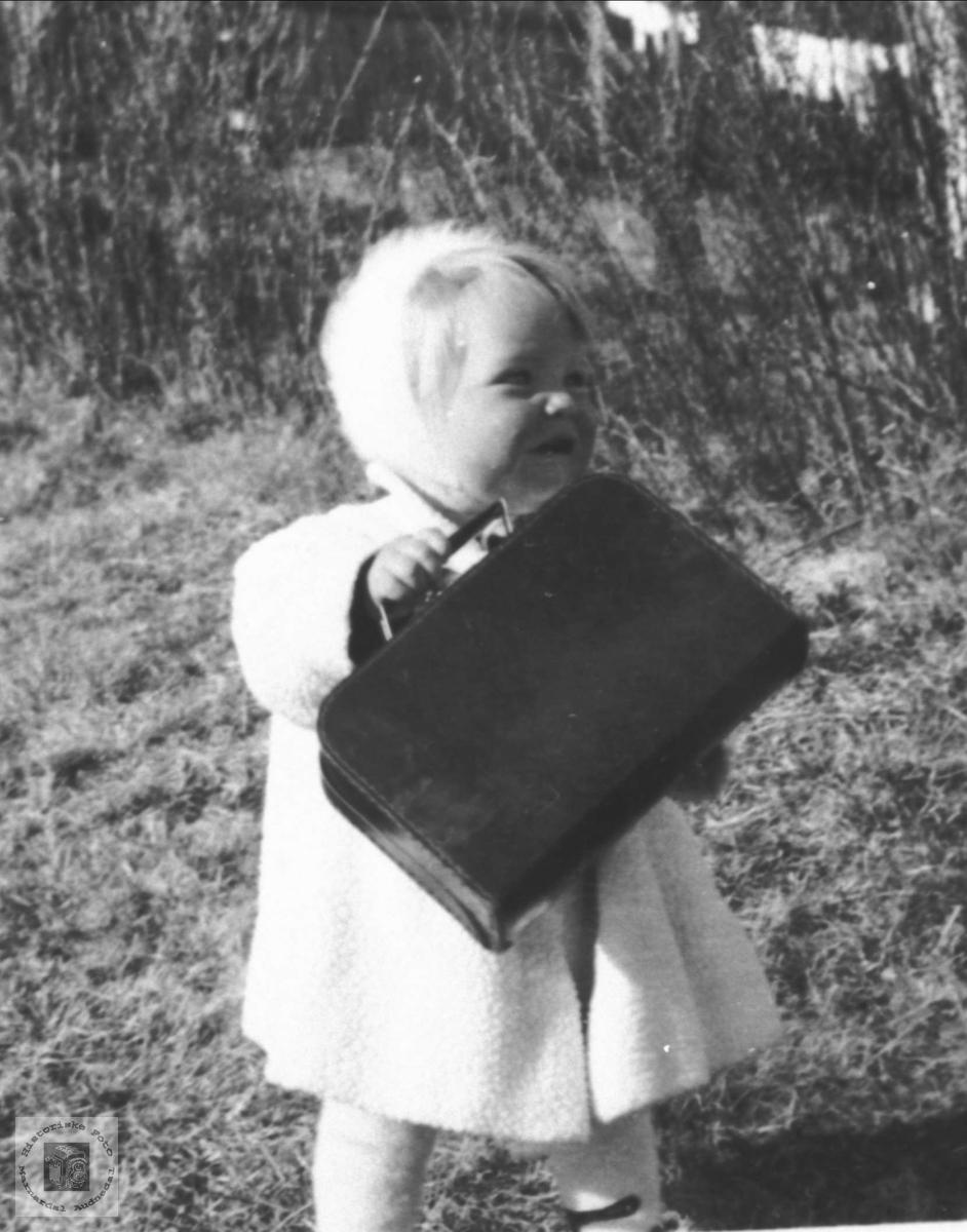 Portrett av lita jente, Gunvor Bergo, på reise, Bjelland