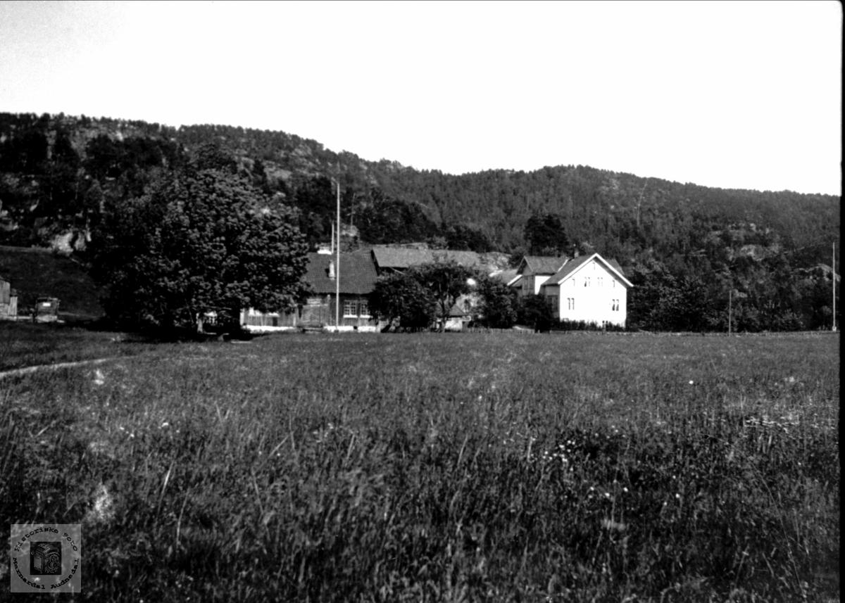 Gardsbrukene Monen og Under Berget, Laudal.