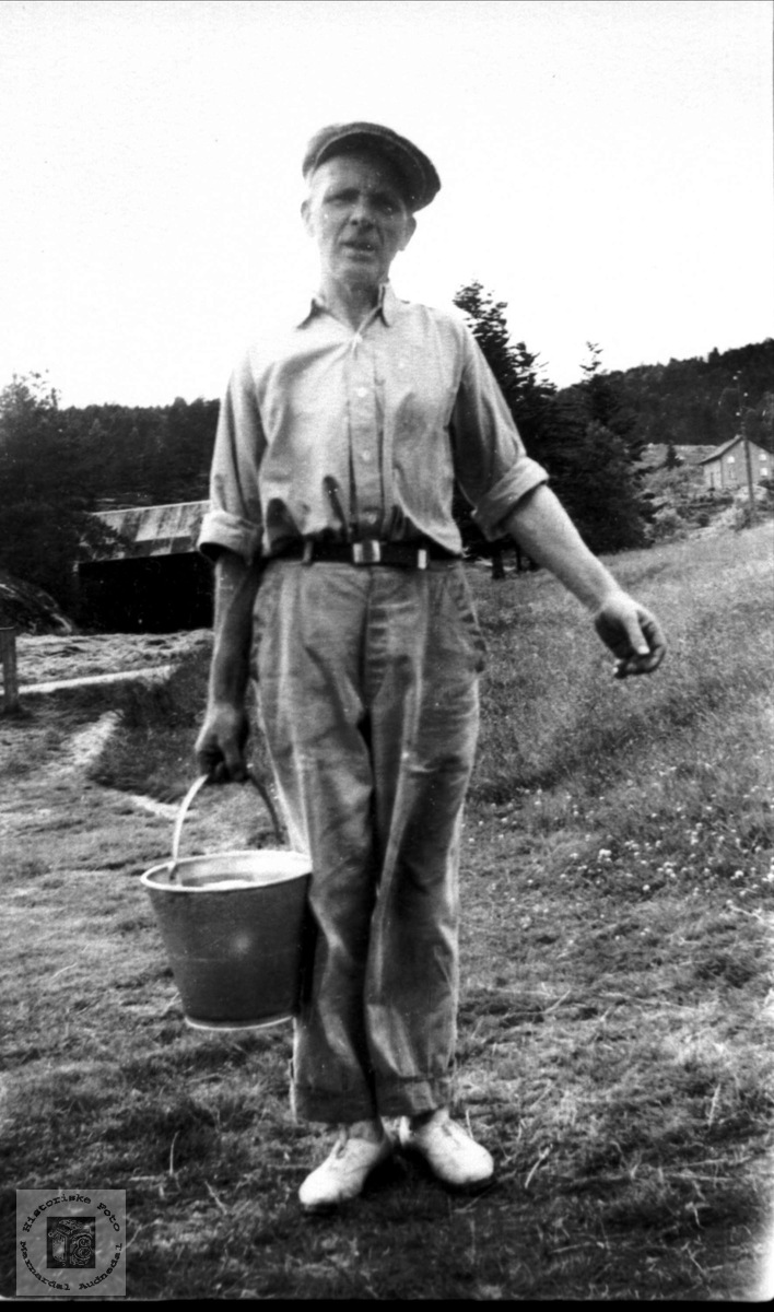 Med vannbøtta. Søren Skuland.