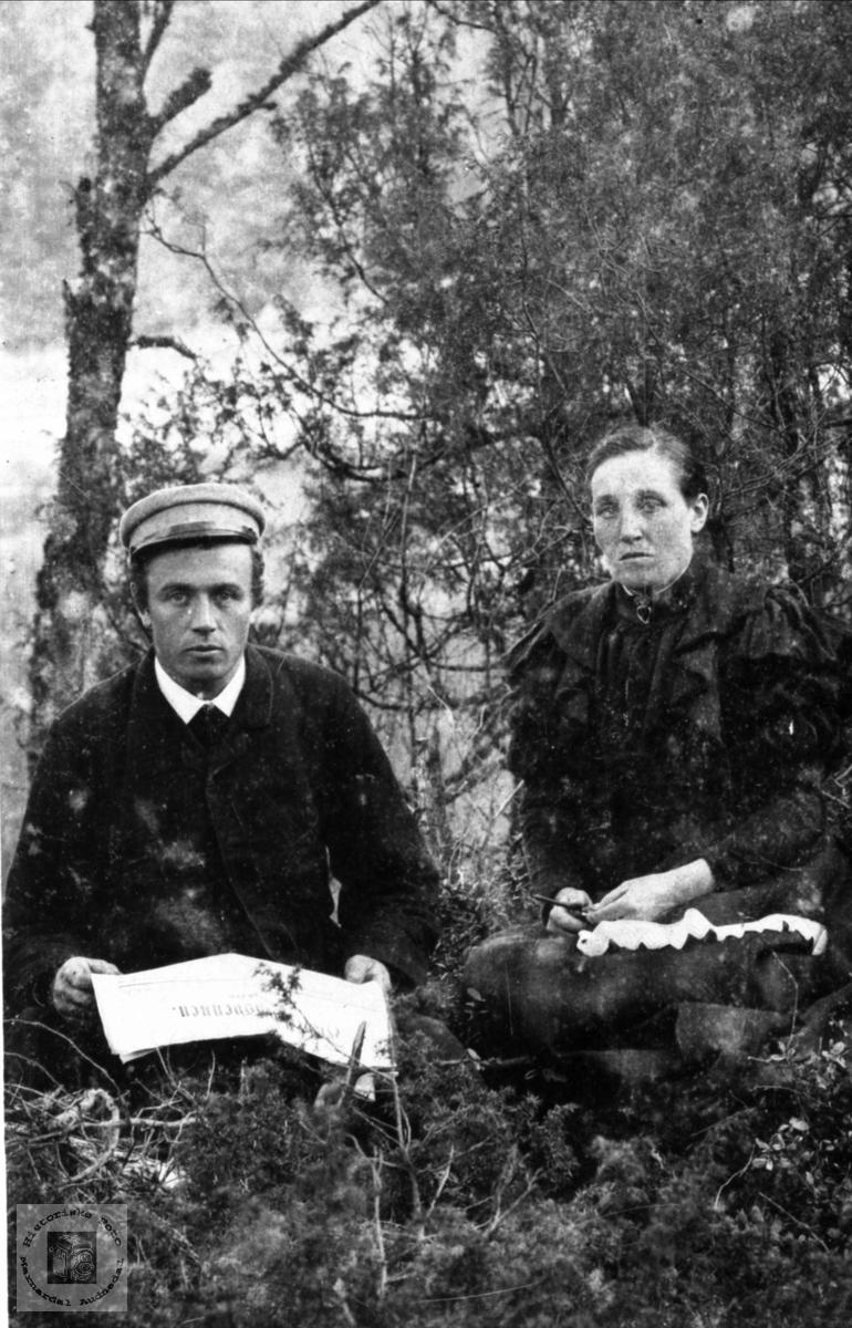 Portrett av venner i skogen. Aanen Fuglestveit og Randi Fidje.