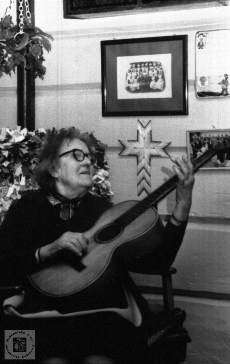 Maria Røynesdal med gitaren