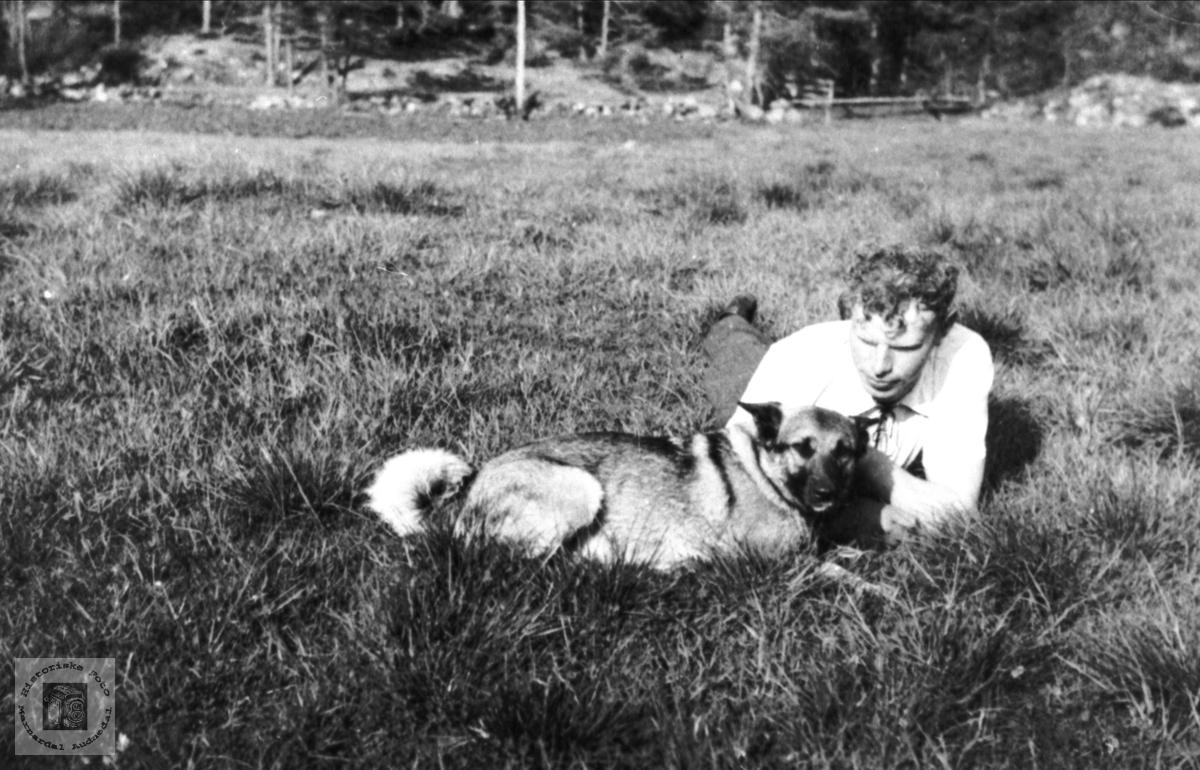 Tobias Eikså med hunden