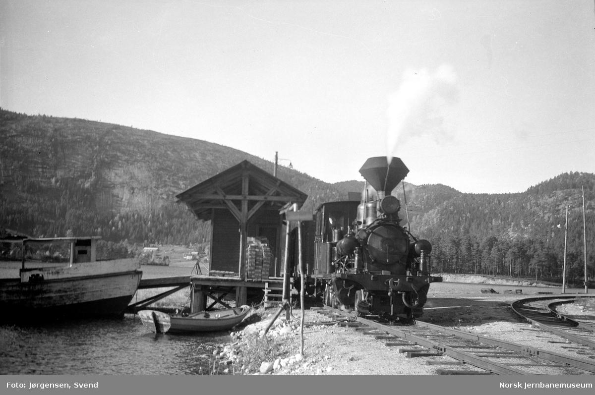Damplokomotiv nr. 7 tar vann fra fjorden på Byglandsfjord stasjon