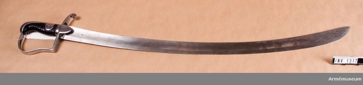Ursprungligen engelsk modell 1796 för lätta kavalleriet. Inköptes 1808 från England. Krökt klinga, eneggad, skålslipad. Fäste av järn. Kaveln klädd med svart läder kring vilken det går en spiralräffla i 12 varv. Klingbredd vid fästet: 41 mm.