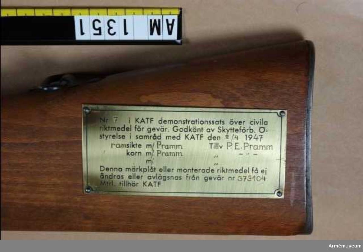 Gevär m/1896 med ramsikte m/Pramm. Kungl. Armétygförvaltningens demonstrationssats över civila riktmedel för gevär. Godkänd av Skytteförbundets Överstyrelse i samråd med KATF 1947-04-02. Geväret nr 7 i försöksserien. Ramsikte och korn m/Pramm, tillverkat av Pramm. Kaliber: 6,5 mm.