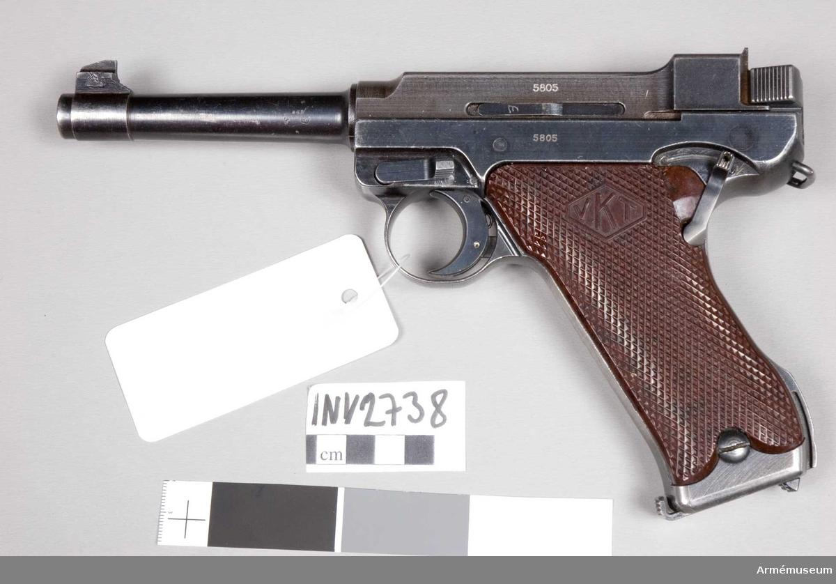 """Pistol m/L 1935, system Lahti typ IV. Består av: 1 pistol, halvautomatisk, 1 magasin. Märkt """"(VKT) L-35 (SA)""""."""