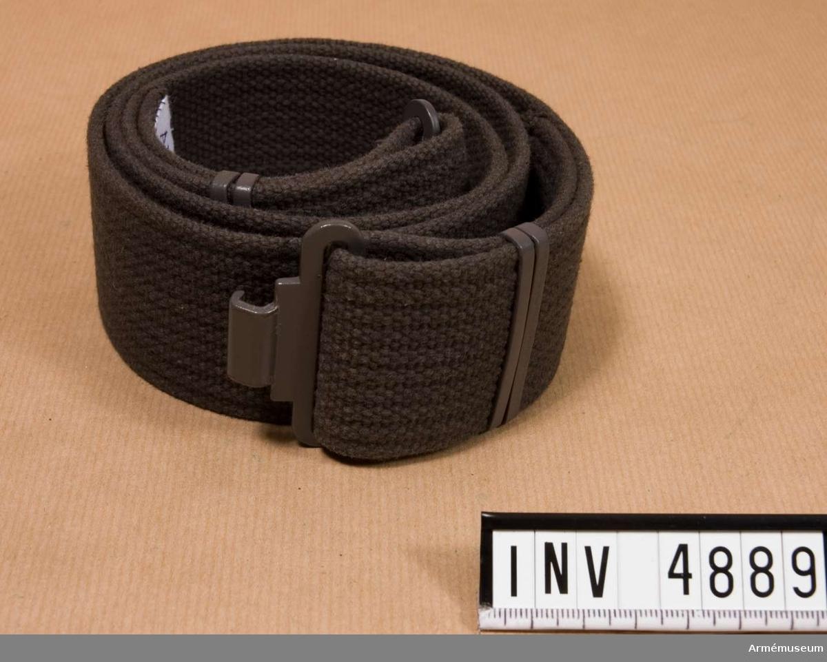 Längd: 850 mm, bredd: 50 mm. Livrem m/1952, mörkt spänne I 1. Bäres till m/1959. Tillverkad  i mörkt grå bomull med mörkt grått lackerat spänne.