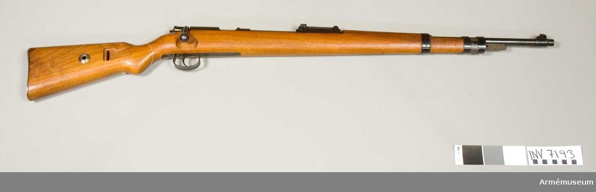 Gevär m/1898, övnings-. Mauser.Typ m/1898 K. Kaliber 22 (5.5 mm). Tillverkningsnr 260881. Märkt G tysk örn med N. Kal. 22 lang Büchsen KK. Wehrsportgewehr. Läskstång saknas.