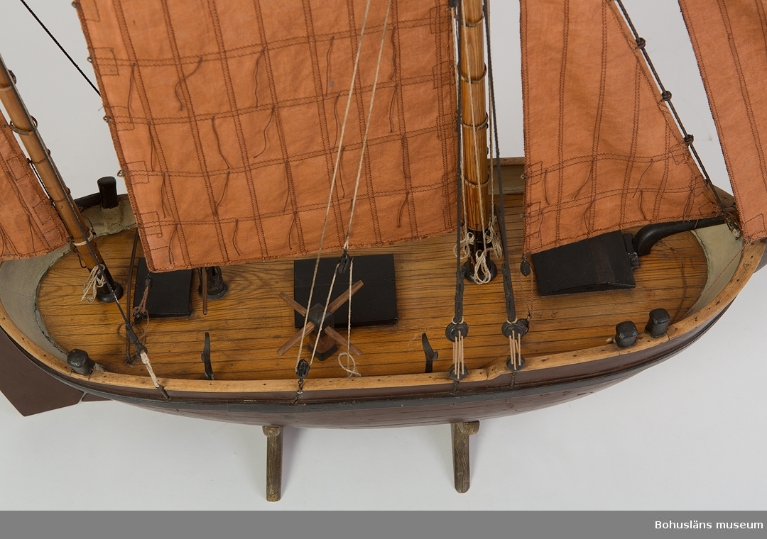 Ur handskrivna katalogen 1957-1958: Bankfiskefartyg, modell L.(från för till akter) 69, Kravellbyggd fiskejakt med 5 segel o 2 master. Obetydligt skadad. För 8 man.