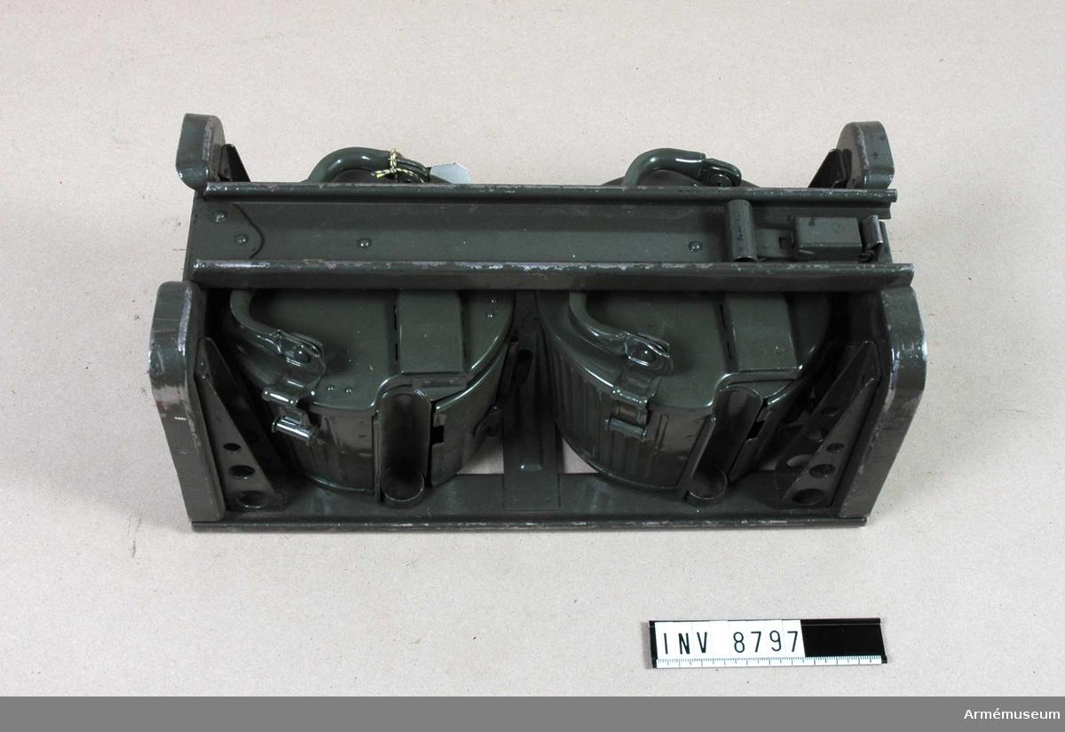 Kaliber 6,5 mm. Består av: 1 st kassetthållare, märkt 181 40/ 7845 m, tillverkad i Tyskland 1940-talet; 2 st kassetter av järnplåt, märkt hou 41. Kassetten rymmer ett kulspruteband med ca 50 patroner.