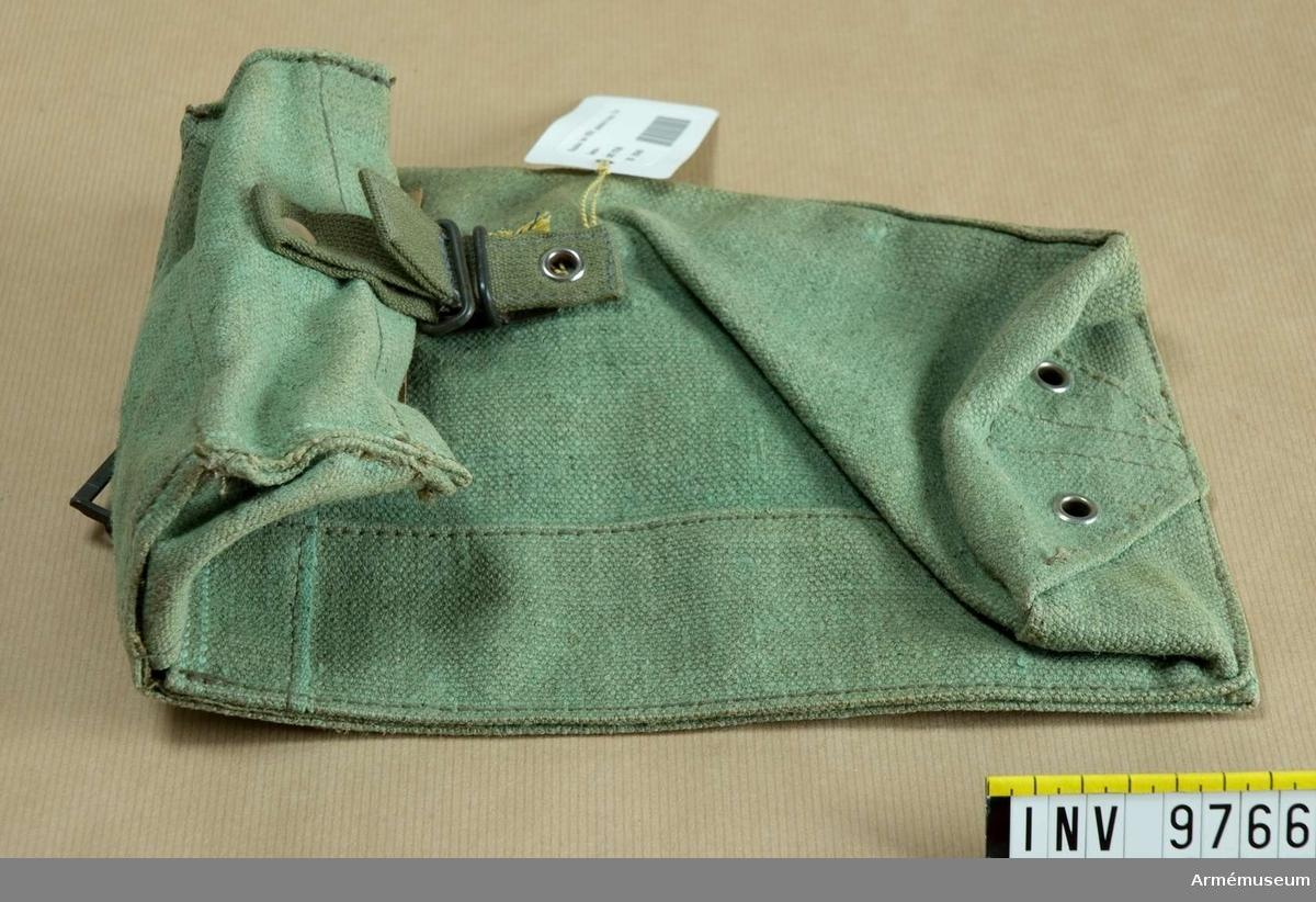 Väska, enhets fm/1954 typ 1. Av ljusgrön presenningsväv.