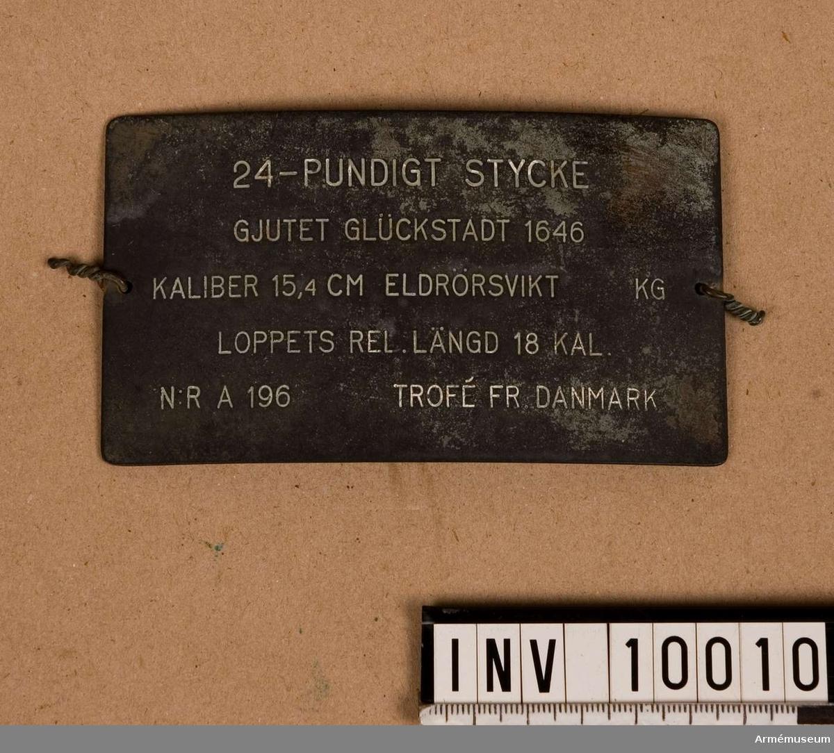 """Grupp A I.  Byte från intagandet av fästningen Glückstadt i Holstein 5/1 1814. Ursprungligen oldenburgska, med hertigens av Oldenburg vapen å kammarstycket samt därunder: V(on): G(ottes): G(naden) CRISTIAN GRAF ZU OLDENBURG UND DELMENHORST HER ZU IEHVER UND KNIEPHAUSEN. (Kristian, med Guds nåde, greve till Oldenburg och Delmenhorst, herre till Iever och Kniephausen). Kring trumfen: LUDOLF SIEGRFRIEDT HAT MICH  GEGOSSEN  (Ludolf Siegfriedt har gjutit mig). Denne styckegjutare hade, som man tror, sitt gjuteri i Hamburg. Kammarstycket märkt """"1646"""", druvhalsen """"6""""."""