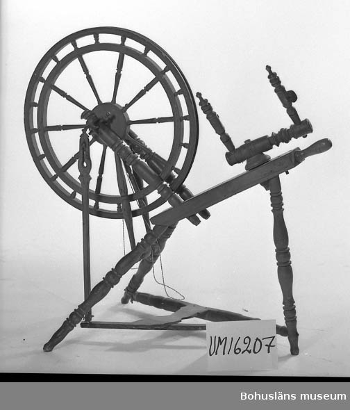 594 Landskap BOHUSLÄN  Med dubbelhjordat drivhjul. Rullfästet något defekt saknar rullaxel. Naturfärgad.Tillverkningsår ?