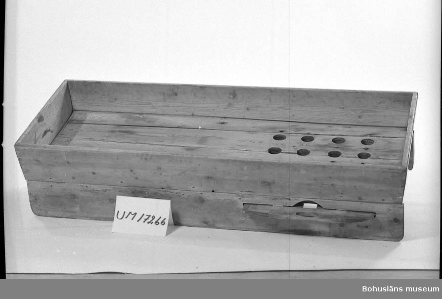 Rektangulärt tråg för blandning av kryddor i trågets ena halva finns 16 hål. Dessa stänges med en skjutbar skiva med handtag på trågets långsida. Under skivan en utdragbar låda med plats för 16 burkar. Använd för lika fördelning av kryddor i burkarna. Lös bräda för avstrykning av kryddmängder i hålen. Ben saknas.  Se UM17232.