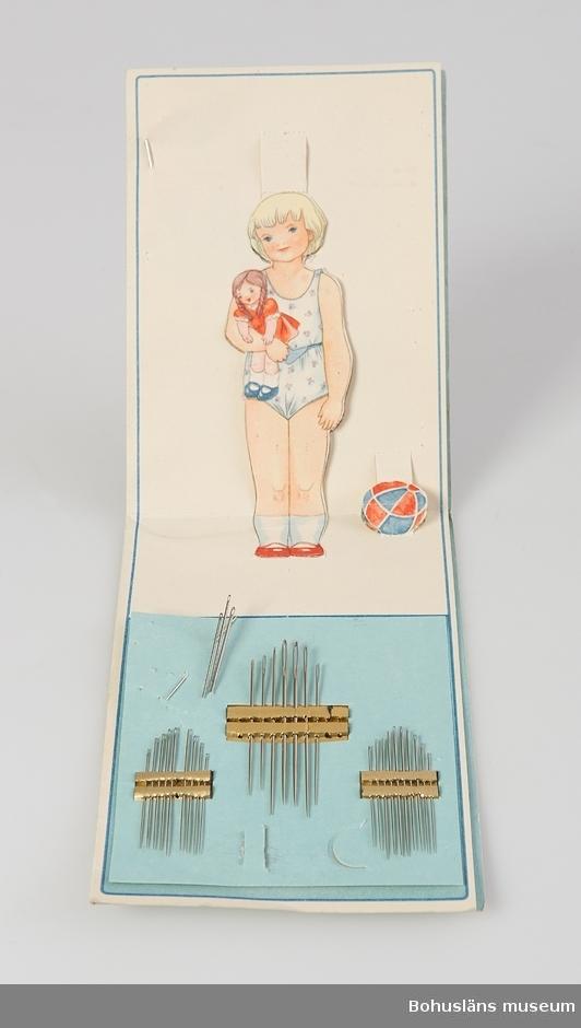 Nålbrev med synålar i olika dimensioner. Tryckt information på omslaget: Prym seit 1584 Nadel Püppchen Für die Mama die Nadeln, für das Kind die Ankleidpuppe. Omslaget som klippdocksark. Se bilaga.