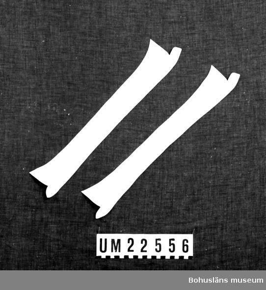 """594 Landskap BOHUSLÄN  2 st.vita löskragar. På insidan tryckt med svart: """"NISI B"""", därunder: """"IMPORT"""".  UMFF 121:3"""