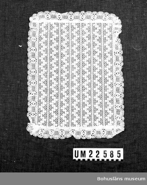 594 Landskap BOHUSLÄN  Duk av vita ihopsydda spetsar.  UMFF 123:12 ::