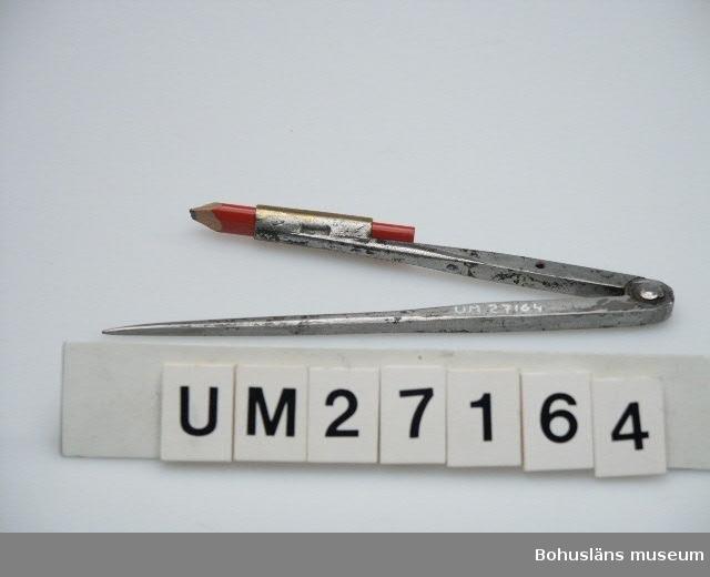"""503 MAN 394 Landskap BOHUSLÄN 594 Landskap BOHUSLÄN  Ställbar dragpassare av stål med härdade spetar. Specialtillverkad pålödd pennhylsa, gjord av en mässingshylsa för gevärsskott eller liknande - arbete gjort på varvet. Timmermanspenna från Hultafors Mått- och Tumstockfabriken i Bollebygd.  Verktygsuppsättningen är skänkt av Lennart Bornmalm, son till GB.  LB ingår i den arbetsgrupp som dokumenterar fiskebåtsvarv och fiskebåtar i Bohuslän i samarbete med Bohusläns museum.  Litt: Ohlén, Björn: """"Fiskebåtsvarv i Bohuslän - industri- historisk dokumentation av Hälleviksstrands varv, Rönnängs varv, Studseröds varv."""" Bohusläns museum. Rapport 1999:43.  För ytterligare uppgifter om brukare, tillverkare och samtidiga förvärv, se UM 27031."""