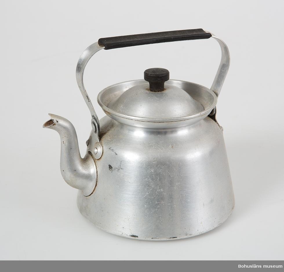 Kaffepanna av aluminium med ledat handtag och lock. Handtagsskydd och lockknopp av svart hårdplast, bakelitliknande. Vid handtagets hänkel med ingjutna texten: SKULTUNA 1 L.