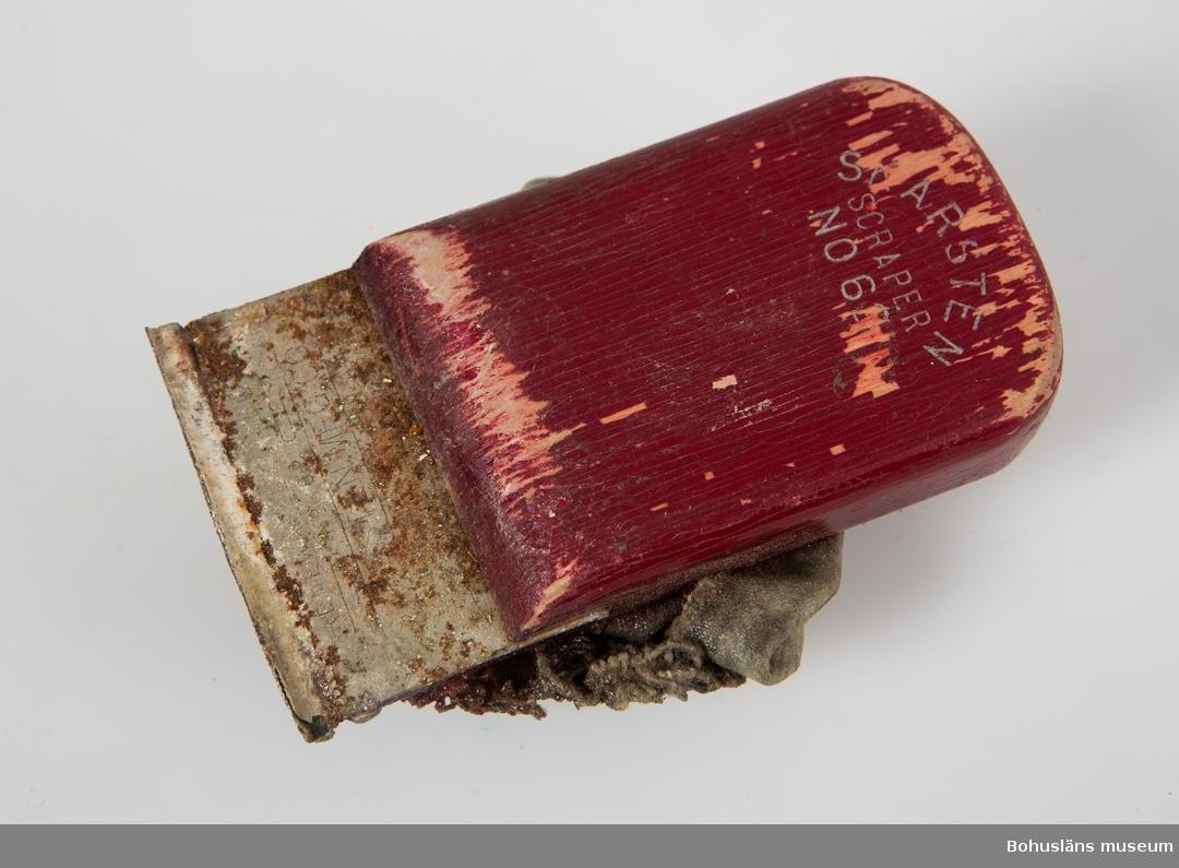 """Skrapa för metall och trä med rödlackerat handtag. Handtaget märkt: """"SCARSTEN SCRAPER NO 6 Stålet märkt: """"RENEWABLE HOOK"""""""