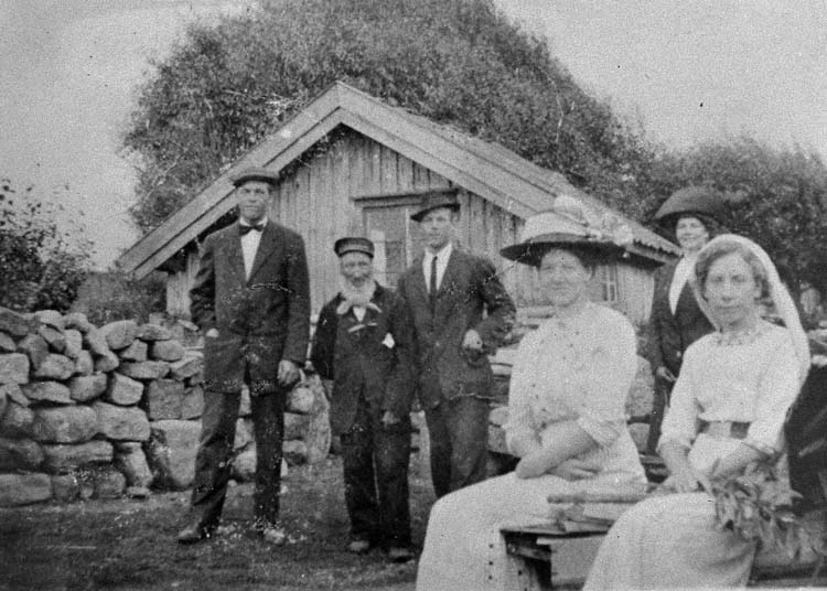 """Enligt medföljande text: """"Ryggåsstuga uppförd på sin nuvarande plats år 1811. Ditflyttad från obekant plats, men lär redan 1811 varit ålderstigen. Stugan ombyggdes 1889, och fick då torvtaket utbytt mot tegeltak. Upptill midjehöjd vilar stugan på en vall med uppkastad jord. Gotte-Lars, som levde till 1924, var den sista som bebodde stugan. Gotte-Lars är den kortväxte mannen med skägg. Numera ägs och vårdas Gotte-Lars stuga av Svenneby Hembygds- och fornminnesförening"""":"""