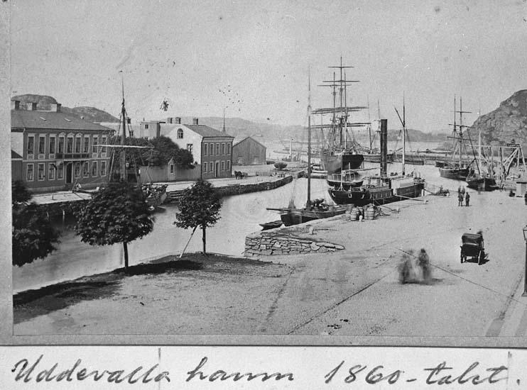 """Text på kortet: """"Uddevalla hamn 1860-talet""""."""