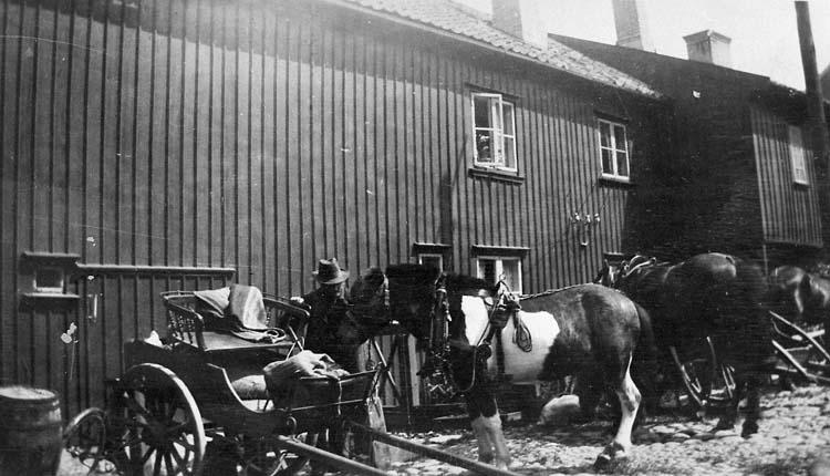 """Enligt notering: """"Gården, huset Kilbäcksgatan-Kålgårdsberget, Uddevalla. (Sydöstra hörnet) omkr. 1910""""."""