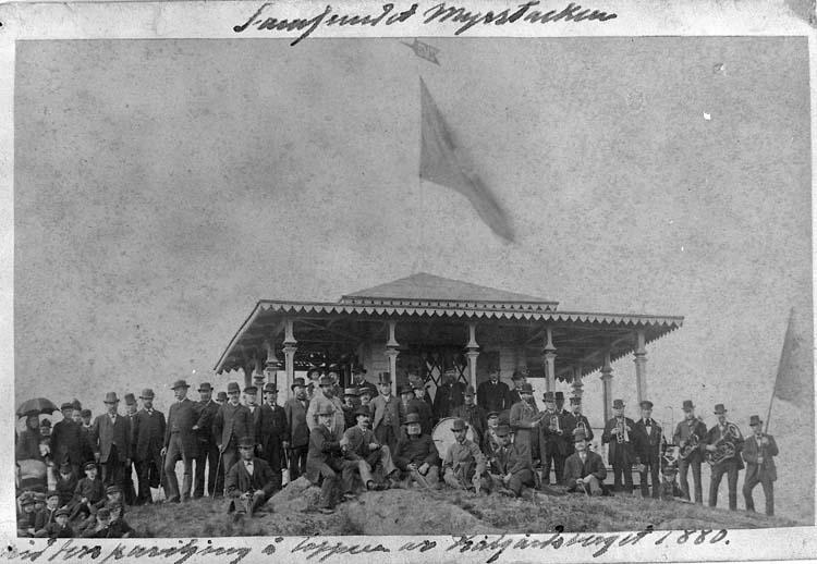 "Text på kortet: ""Samfundet Myrstacken vid dess paviljong å toppen av Kålgårdsberget 1880-1890""."
