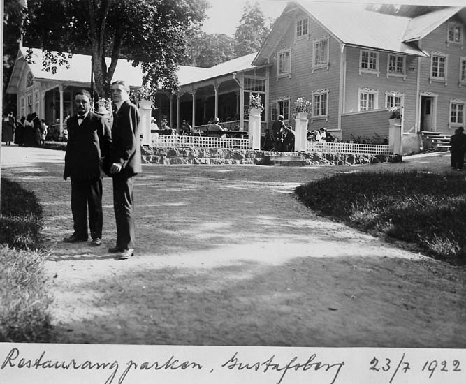 """Text på kortet: """"Restaurangparken, Gustafsberg 23/7 1922"""".    ::"""