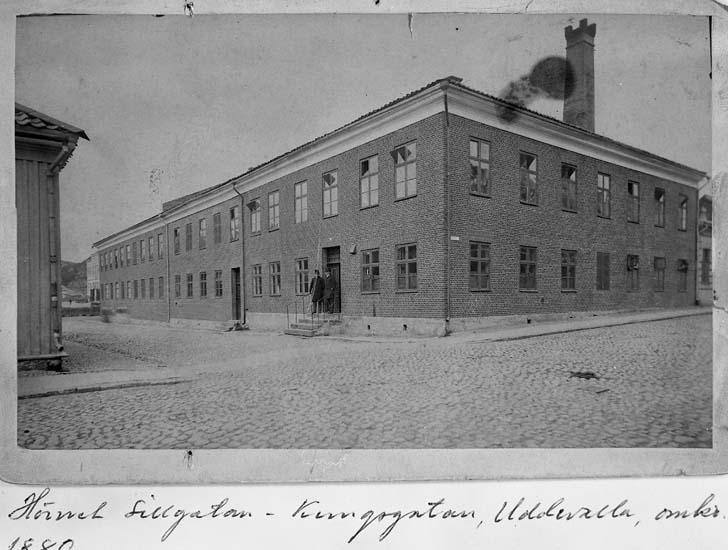 """Text på kortet: """"Hörnet Sillgatan - Kungsgatan från sydväst. Uddevalla, omkr, 1880""""."""