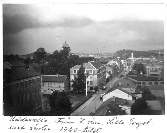 """Text på kortet: """"Uddevalla. Från 7. vån. Lilla Torget mot väster. 1960-talet""""."""