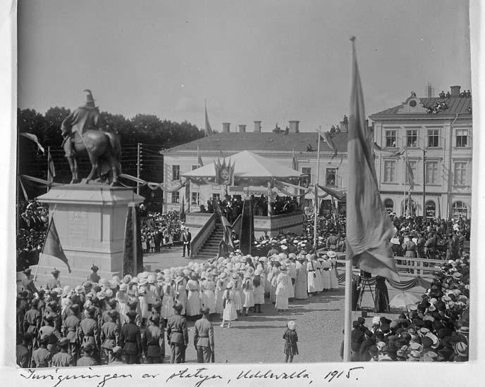 """Text på kortet: """"Invigningen av statyn, Uddevalla, 1915""""."""