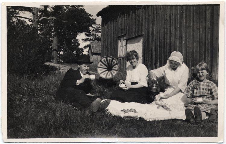 Samtidigt förvärvat: UMFA53096:0001-0097, Sjömanskista, dagböcker, tidn.klipp.