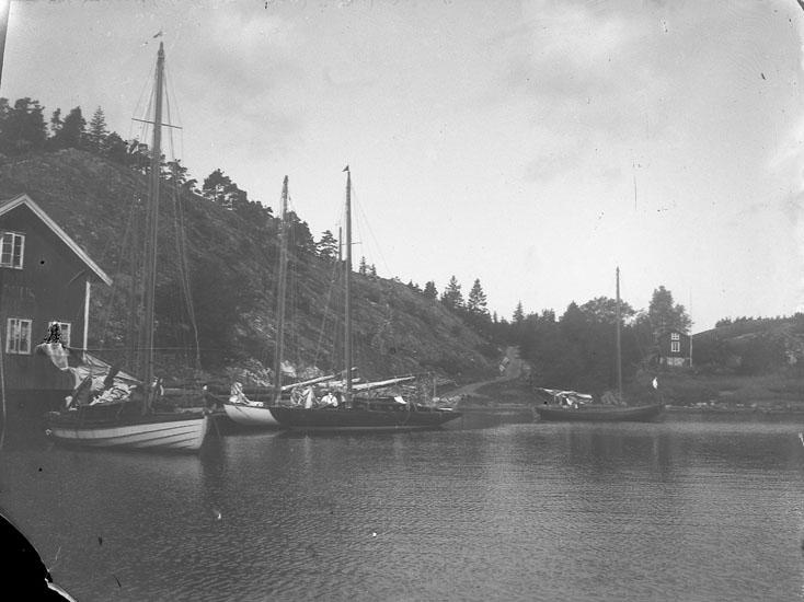"""Enl. text i blå bok: """"Segelbåtar vid brygga."""""""
