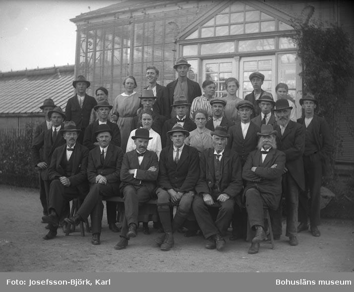 Personal och elever framför det ståtligaste växthuset, Trädgårdsföreningen i Göteborg