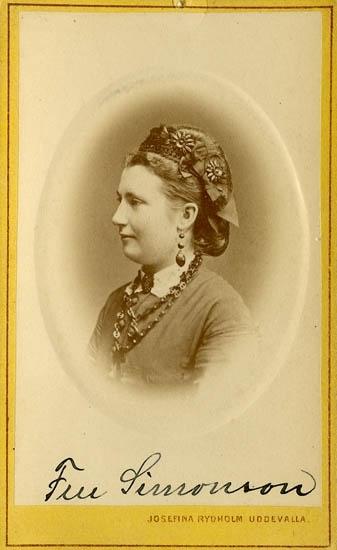 """Text på kortets baksida: """"Fru Simonsson, syster till Fru Emgren""""."""