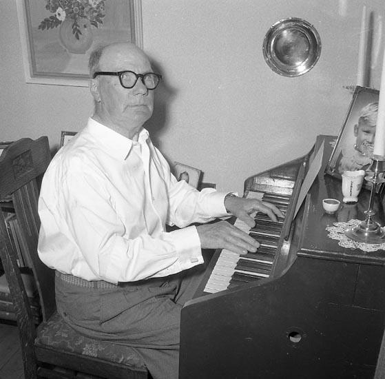 """Enligt notering: """"Marensson vid pianot 10 juli 1955""""."""