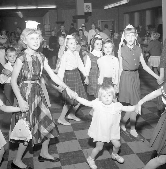 "Enligt notering: ""Leion Klubb barnfest 13/1 57""."