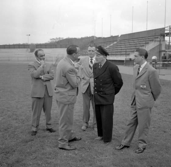 Österrikisk pressattaché på besök på Rimnersvallen i Uddevalla inför fotbolls-VM i juni 1958