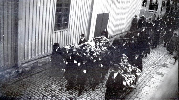 J.B:s begravning.