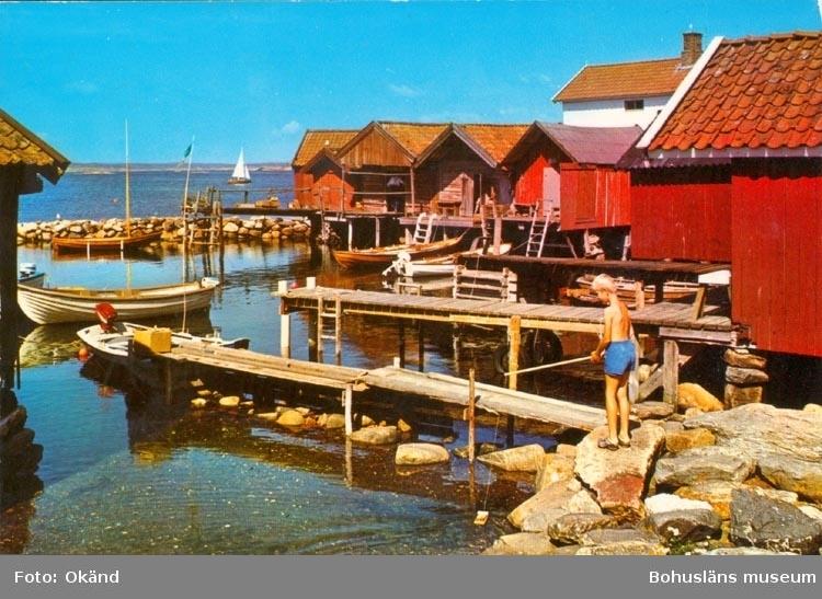 """Tryckt text på kortet: """"BOHUSLÄN. Skärgårdsidyll"""". """"CARLA-FÖRLAGET LYSEKIL TEL. 0523/10919, 10320 """"."""