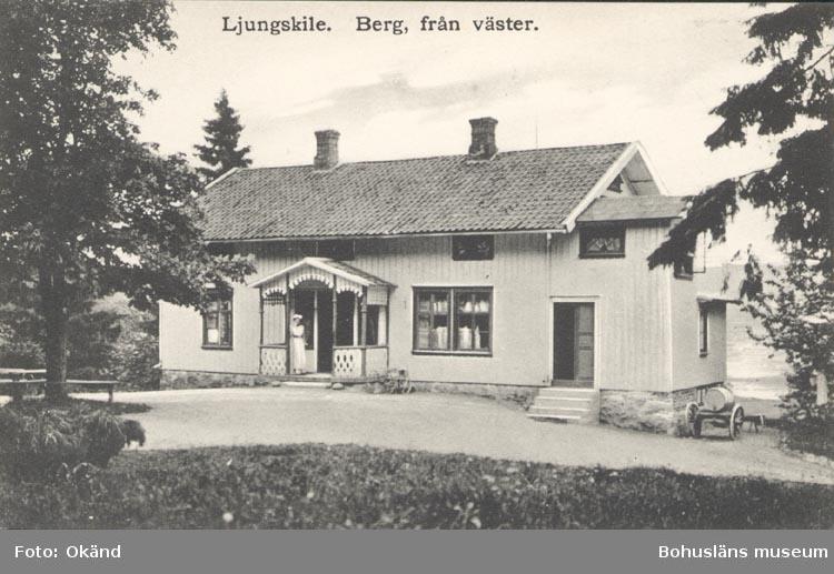 """Tryckt text på kortet: """"Ljungskile. Berg från Väster"""". """"Ljungskile Bok & pappershandel""""."""