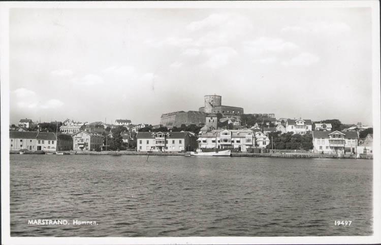 """Tryckt text på kortet: """"Marstrand. Hamnen."""" ::"""