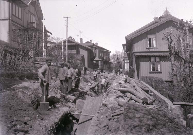 """Enligt text som medföljde bilden: """"Arbete på Rosviksgatan N.H? 1917/1918""""."""