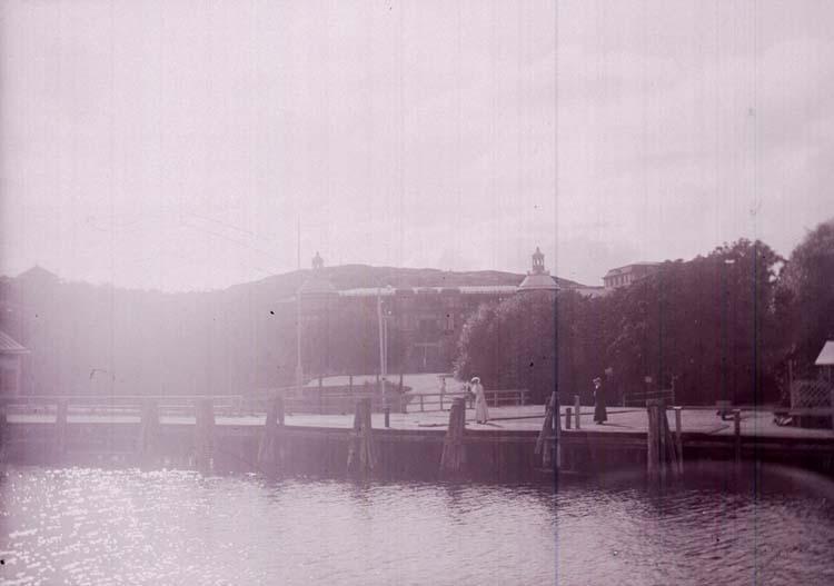 """Enligt text som medföljde bilden: """"Styrsö Hafsbadet 4/9 08"""". ::"""