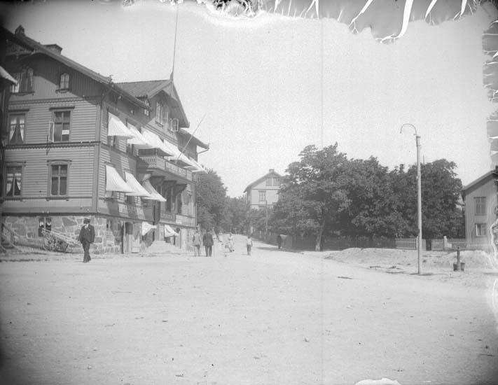 """Enligt text som medföljde bilden: """"Lysekil. Gjötbergs hotell vid Rosviksgatan tagna från plan vid Carlssons magasin."""""""