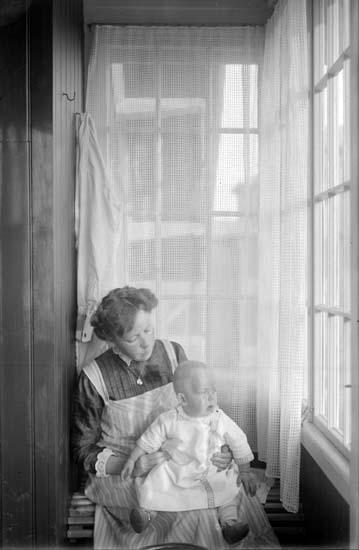 """Enligt text som medföljde bilden: """"Tony och Pysen på verandan 1912."""" ::"""