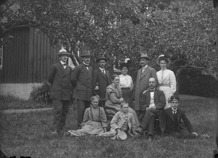 """Enligt fotografens anteckningar: """"Kantor + Organist Familjen C. F Nygren. Säleby omkring år 1914""""."""