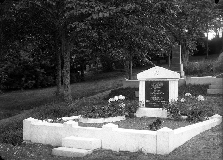 """Enligt fotogravens noteringar: """"Sjuksyster Ebba Lindbergs grafvård med fosterföräldrars grafvård Munkedal 1926."""""""