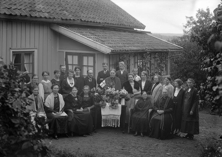 """Enligt fotografens noteringar: """"Fru Sahlberg gäster på Lyckebo år 1925."""""""